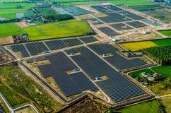 太阳农场,从空气的太阳电池板 免版税库存照片