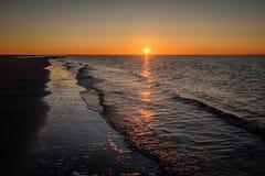 太阳几乎设置了在斯希蒙尼克岛岸  库存图片