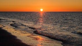 太阳几乎设置了在斯希蒙尼克岛岸  免版税库存照片