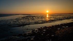 太阳几乎设置了在斯希蒙尼克岛岸  图库摄影