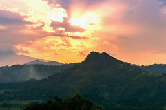 太阳到小山里。 免版税库存图片