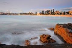 太阳升起在男子气概的海滩,悉尼,澳洲 免版税库存照片