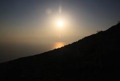 太阳升起在死海 库存图片