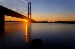 太阳发光在南桥梁下 库存图片