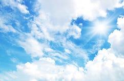 太阳发光明亮在天空 免版税库存图片