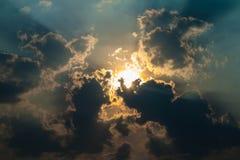太阳发光通过云彩的,美好的背景 库存图片