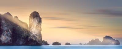 太阳发出光线在热带海岛和海,泰国 免版税库存照片