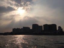 太阳后面光Chawpraya河 库存照片