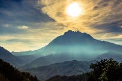 太阳和云彩在京那巴鲁山顶部,沙巴,婆罗洲 库存照片