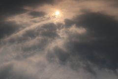 太阳和云彩在天空 免版税库存图片