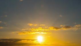 太阳和云彩在日落,定期流逝 股票录像