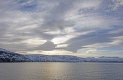 太阳和云彩在高北极 库存图片