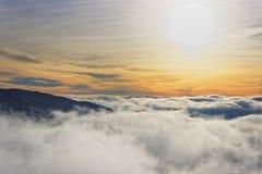 太阳和云彩在Kasprowy扎科帕内Wierch顶部在冬天 库存照片