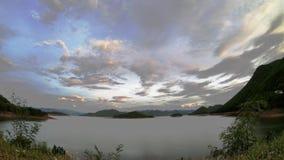 太阳和云彩的反射快速地移动在天空背景山和水在phetchaburi的Kaeng Krachan水坝 影视素材