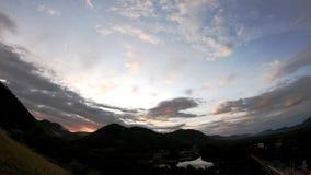太阳和云彩的反射快速地移动在天空背景山和池塘在phetchaburi的Kaeng Krachan水坝 股票视频