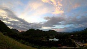 太阳和云彩的反射快速地移动在天空背景山和池塘在phetchaburi的Kaeng Krachan水坝 股票录像