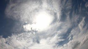 太阳和云彩的反射快速地移动在天空 股票录像