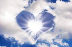 太阳和云彩以心脏的形式 免版税库存图片