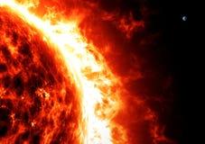 太阳和地球、比例和大小 空间 免版税库存照片