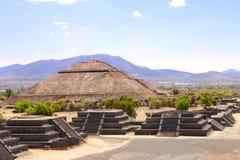 太阳和大道死者,特奥蒂瓦坎,墨西哥金字塔  免版税图库摄影