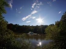 太阳和天空在湖 免版税库存照片