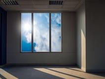 太阳和天空视图从窗口 免版税库存照片