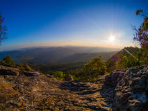 太阳和山景 免版税库存照片