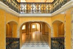 太阳和曲拱照亮的阳台使台阶有大理石花纹 免版税图库摄影