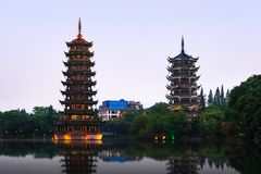 太阳和月亮塔在桂林,广西省,中国 库存图片