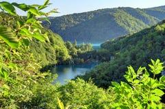 太阳和树荫在山在克罗地亚` s Plitvice湖 免版税库存照片