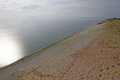 太阳和树荫在沙丘在湖岸a 库存图片