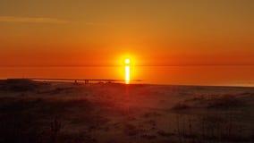 太阳和红色天空在海 免版税库存照片