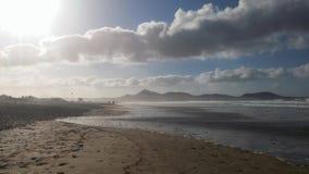 太阳和Famara海滩 库存图片