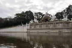 太阳喷泉在美泉宫庭院里  库存照片
