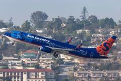 太阳国家航空公司波音737-8K2 N817SY离去的圣地牙哥国际机场 免版税库存照片