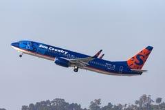 太阳国家航空公司波音737-8K2 N817SY离去的圣地牙哥国际机场 免版税库存图片