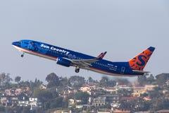 太阳国家航空公司波音737-8K2 N817SY离去的圣地牙哥国际机场 库存照片