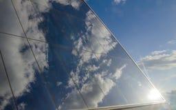 太阳在一个现代商业中心的玻璃墙反射 库存图片