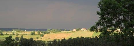 太阳在一场风暴以后点燃了领域在奥韦涅在法国 免版税库存图片