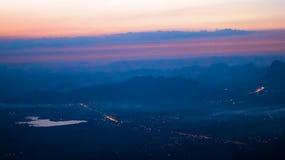 太阳在一座高山的早晨升起 免版税库存图片