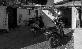 太阳在一辆摩托车的镜子反射了在Sığacık 免版税库存照片