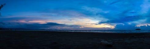 太阳在丹戎阿鲁海滩附近设置了全景 免版税库存照片