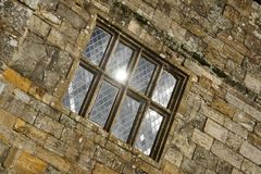 太阳在争斗修道院行间空格特别大的窗口里反射了 免版税库存图片