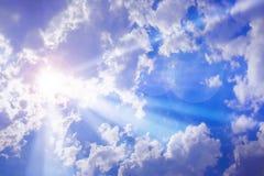 太阳在云彩膝上型计算机发光  免版税图库摄影