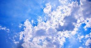 太阳在云彩膝上型计算机发光  免版税库存照片