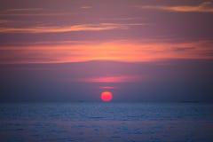 太阳在夏天设置了在芭达亚海滩 免版税库存图片