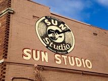 太阳在大厦的演播室标志 免版税图库摄影