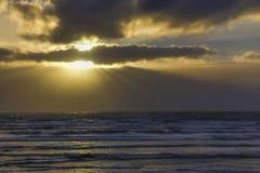 太阳在太平洋的接近的风暴后发出光线奥林匹克半岛  库存图片
