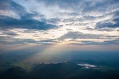 太阳在山的上升视图 免版税图库摄影
