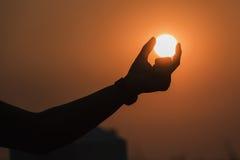 太阳在手中 库存图片